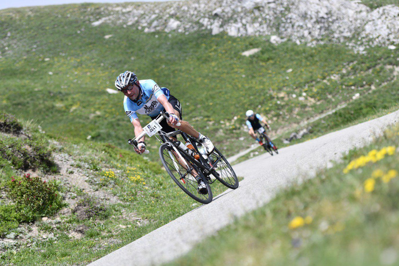 Cyclistes en descente en montagne