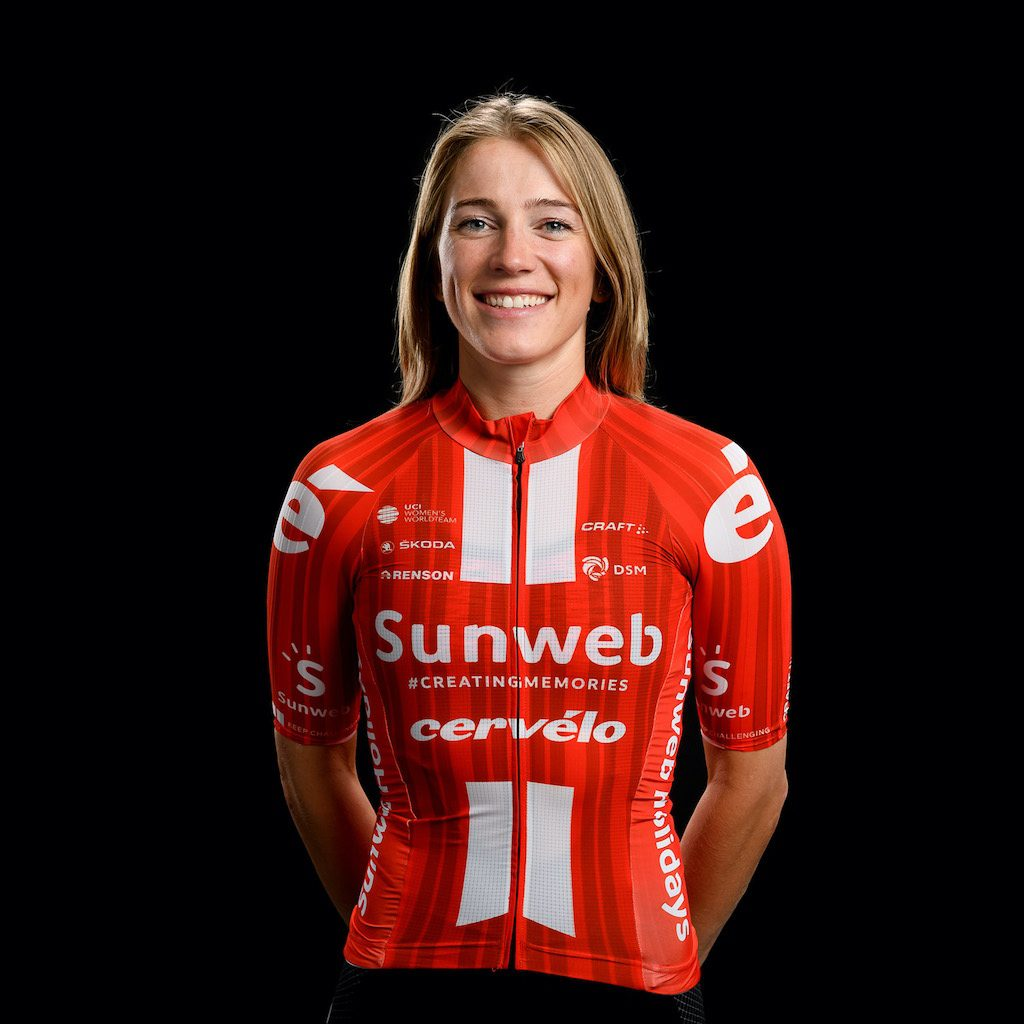 Julia Soek présente le maillot féminin du Team Sunweb