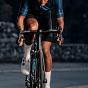 Cycliste sur Vélo et roues Giant